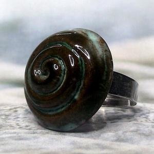 Zöldes-barnás spirál mintás kerámia gyűrű, Ékszer, Gyűrű, Szoliter gyűrű, Ékszerkészítés, Kerámia, Meska
