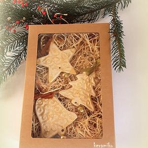 Díszek díszdobozban, Otthon & Lakás, Karácsony & Mikulás, Karácsonyfadísz, Kerámia, Ajtódísz, karácsonyfadísz, ajándékkísérő, önálló  ajándék szeretteidnek.\nKézzel készült nyomott mint..., Meska