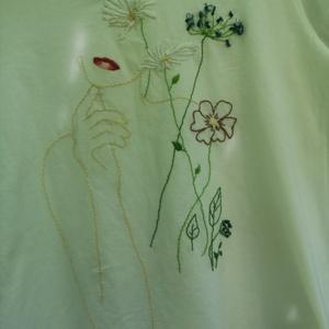 Egyedi, kézzel hímzett póló, Táska, Divat & Szépség, Ruha, divat, Női ruha, Póló, felsőrész, Hímzés, A lány, és a virágok különböző hímzési technikával készültek.\nA póló ujjánál mindkét oldalon egy-egy..., Meska