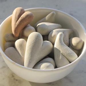 Maréknyi szív, kézzel készített natúr szívek, 3d dekoráció, természetes terrakotta kerámia és kő színűek, ajándékhoz, Otthon & lakás, Dekoráció, Ünnepi dekoráció, Szerelmeseknek, Gyurma, Kerámia, Egyedi kézzel formázott szívek, levegőn száradó gyurmából. Enyhén ívelt, 3 dimenziós formák. Színük..., Meska