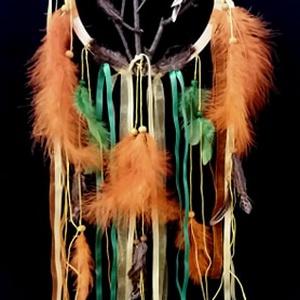 Egyedi faágas, madárkás kézműves álomfogó-álomcsapda, Otthon & lakás, Dekoráció, Lakberendezés, Képzőművészet, Vegyes technika, Csomózás, Az álomfogó más néven álomcsapda (ojibwe nyelven: asabikeshiinh vagy bawaajige nagwaagan) az észak-a..., Meska