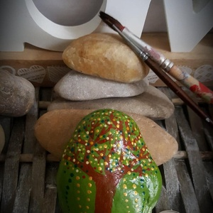 Áldást hozó Életfa kavics  szabadkézzel festett kő, Otthon & Lakás, Dekoráció, Kavics & Kő, Festészet, Köszönöm, hogy betértél hozzám-hozzánk:-)\nA kavicsok, kövek szeretete kiskorom óta elkísért engem az..., Meska