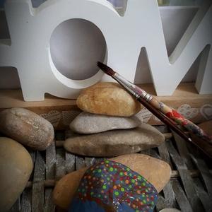 Áldást hozó Életfa kavics szabadkézzel festett kő leírása, Otthon & Lakás, Dekoráció, Kavics & Kő, Festészet, Köszönöm, hogy betértél hozzám-hozzánk:-)\nA kavicsok, kövek szeretete kiskorom óta elkísért engem az..., Meska