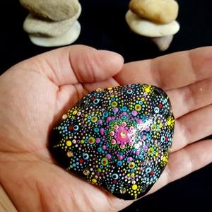 """Saját tervezésű kézzel festett mandala kő tarkaság jegyében, Otthon & Lakás, Dekoráció, Kavics & Kő, Festészet, Mindenmás, Üdvözöllek Látogató:-)\n""""Körben történik minden, amit a Világ Ereje tesz. Az ég kerek, és azt hallott..., Meska"""