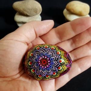 """Saját tervezésű kézzel festett ajándékozható mandala kő, Otthon & Lakás, Dekoráció, Kavics & Kő, Festészet, Mindenmás, Üdvözöllek Látogató:-)\n""""Körben történik minden, amit a Világ Ereje tesz. Az ég kerek, és azt hallott..., Meska"""