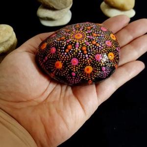 """Saját tervezésű kézzel festett narancsos ajándékozható manadalakő , Otthon & Lakás, Dekoráció, Kavics & Kő, Festészet, Mindenmás, Üdvözöllek Látogató:-)\n""""Körben történik minden, amit a Világ Ereje tesz. Az ég kerek, és azt hallott..., Meska"""