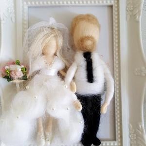 Menyasszony-völegény gyapjú pár díszkeretben tűnemezelt technikával egyedi elképzelés alapján, Esküvő, Emlék & Ajándék, Nászajándék, Nemezelés, Mindenmás, Meska