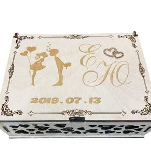 Gyűrűtartó doboz, Esküvő, Kiegészítők, Gyűrűtartó & Gyűrűpárna, Famegmunkálás, Lézervágással készült gyűrűtartó doboz.Tetejére az esküvő időpontja és a jegyespár neve vagy monogra..., Meska