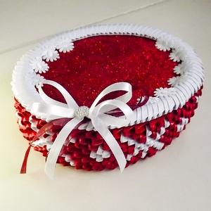Pirosban csillogó díszdoboz, Díszdoboz, Dekoráció, Otthon & Lakás, Papírművészet, Ez az ovális dobozka 3D origami technikával készült papírból. Tetejét csillámos dekorgumi és fehér v..., Meska