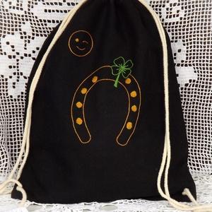 Szerencsét hozó hátizsák, Táska & Tok, Hátizsák, Gymbag, Hímzés, Ez a vidám, fekete vászon hátizsák egy igazi szerencsezsák. Kézzel hímzett szerencsepatkót ábrázol n..., Meska