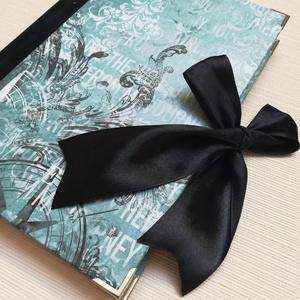 Türkiz és fekete mintás egyedi napló, Otthon & Lakás, Papír írószer, Jegyzetfüzet & Napló, Könyvkötés, A napló kézi kötéssel készült, papír borítással, fekete szatén masnival. A gerinc fekete bársony. A ..., Meska