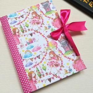 Kis Hercenő egyedi napló, Otthon & Lakás, Papír írószer, Jegyzetfüzet & Napló, Könyvkötés, A napló kézi kötéssel készült, papír borítással,rózsaszín szatén masnival. A belső lapok 80gr- os sz..., Meska