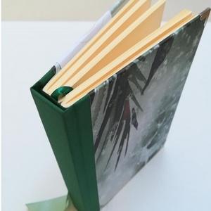 Zölderdő, szarvasokkal egyedi napló, Otthon & Lakás, Papír írószer, Jegyzetfüzet & Napló, Könyvkötés, A napló kézi kötéssel készült, papír borítással, zöld szatén masnival, ezüst könyvsarokkal . A gerin..., Meska