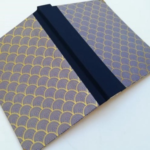 Blue and Gold Art Deco mintás egyedi napló, Otthon & Lakás, Papír írószer, Jegyzetfüzet & Napló, Könyvkötés, A napló kézi kötésssel készült, egyedi példány. Borítója papír, melyen arannyal nyomott Art Deco min..., Meska