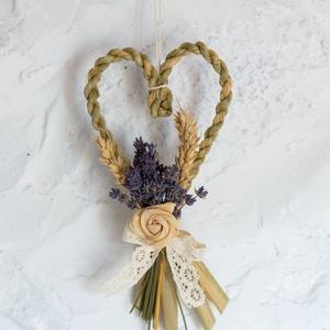 Fonott szív , Otthon & Lakás, Falra akasztható dekor, Dekoráció, Kákából sodort szív formájú dekoráció. Levendula, csuhérózsa és csipke díszítéssel. Falra, ajtóra he..., Meska