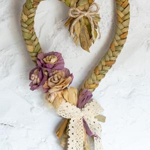 Csuhérózsás fonott szív - , Otthon & Lakás, Falra akasztható dekor, Dekoráció, Kákából fonott szív formájú dekoráció. Csuhérózsás díszítéssel. A rózsákhoz a levelet növényi festék..., Meska
