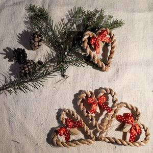 Karácsonyi díszek, fonott gyékényszív piros masnival (4 db / csomag)- természetes dekoráció , Karácsony & Mikulás, Karácsonyfadísz, Karácsonyi dekorációim a természetesség jegyében születtek. Gyékényből sodort kicsi szívekkel díszít..., Meska