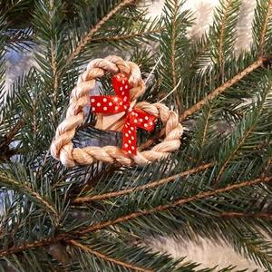 Karácsonyi dísz, fonott gyékényszív piros masnival - természetes dekoráció, Otthon & Lakás, Karácsony & Mikulás, Karácsonyfadísz, Fonás (csuhé, gyékény, stb.), Karácsonyi dekorációim a természetesség jegyében születtek. Gyékényből sodort kicsi szívekkel díszít..., Meska