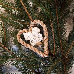 Karácsonyi dísz, fonott gyékényszív csipke masnival - természetes dekoráció, Otthon & Lakás, Karácsony & Mikulás, Karácsonyfadísz, Fonás (csuhé, gyékény, stb.), Karácsonyi dekorációim a természetesség jegyében születtek. Gyékényből sodort kicsi szívekkel díszít..., Meska