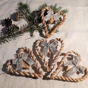 Karácsonyi díszek, fonott gyékényszív ezüstös masnival (4 db / csomag)- természetes dekoráció , Karácsony & Mikulás, Karácsonyfadísz, Karácsonyi dekorációim a természetesség jegyében születtek. Gyékényből sodort kicsi szívekkel díszít..., Meska