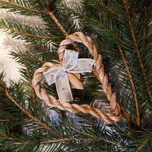Karácsonyi dísz, fonott gyékényszív ezüstös  masnival - természetes dekoráció, Karácsony & Mikulás, Karácsonyfadísz, Karácsonyi dekorációim a természetesség jegyében születtek. Gyékényből sodort kicsi szívekkel díszít..., Meska