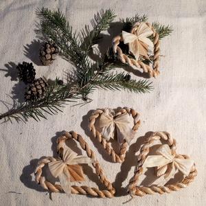 Karácsonyi díszek, fonott gyékényszív csuhé masnival (4 db / csomag)- természetes dekoráció , Karácsony & Mikulás, Karácsonyfadísz, Karácsonyi dekorációim a természetesség jegyében születtek. Gyékényből sodort kicsi szívekkel díszít..., Meska