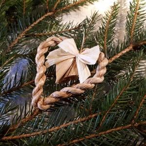 Karácsonyi dísz, fonott gyékényszív csuhés masnival - természetes dekoráció, Otthon & Lakás, Karácsony & Mikulás, Karácsonyfadísz, Fonás (csuhé, gyékény, stb.), Karácsonyi dekorációim a természetesség jegyében születtek. Gyékényből sodort kicsi szívekkel díszít..., Meska