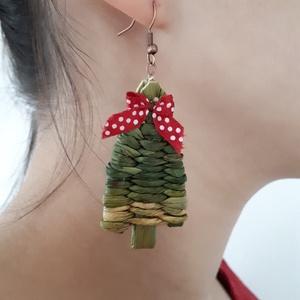 Piros masnis fülbevaló karácsonyra , Karácsony & Mikulás, Karácsonyi dekoráció, Természetes anyagból, kákából fonott mini karácsonyi fülbevalók, melyeket piros pöttyös masnik varáz..., Meska