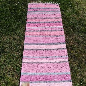 Rongyszőnyeg 62x150, Szőnyeg, Lakástextil, Otthon & Lakás, Szövés, Hagyományos szövőszéken szőtt könnyű rongyszőnyeg kevertszálas anyagból.\nSzíne: rózsaszín árnyalatai..., Meska
