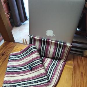 Gyapjú laptoptáska, Táska, Táska, Divat & Szépség, Laptoptáska, Szövés, Hagyományos szövőszéken, pamut cordonett felvetésben készült gyapjú laptoptáska.\nSzíne: rózsaszín-sö..., Meska