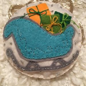 Kék mikulás szán-karácsonyfadísz, Mikulás, Karácsony & Mikulás, Otthon & Lakás, Varrás, A terméket saját kézzel varrtam, alapanyaga filc. Több színű fonalat használtam a varráshoz és ezüst..., Meska