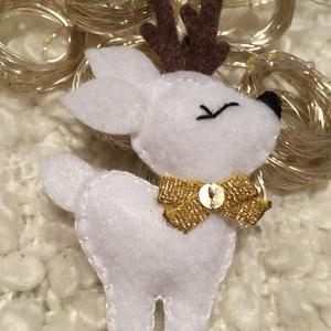Fehér szarvas-karácsonyfadísz, Karácsonyfadísz, Karácsony & Mikulás, Otthon & Lakás, Varrás, A szarvas saját kézzel készített, filcből készült. \nA szarvas nyakán egy arany színű masni található..., Meska