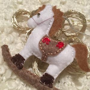 Fehér hintaló-karácsonyfadísz, Karácsonyfadísz, Karácsony & Mikulás, Otthon & Lakás, Varrás, A terméket saját kézzel varrtam és hímzéssel díszítettem a nyerget.  A hintalovat tömőanyaggal bélel..., Meska