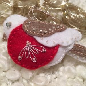 Cinege madár fehérben és barnában-karácsonyfadísz, Karácsonyfadísz, Karácsony & Mikulás, Otthon & Lakás, Varrás, A madárkákat kézzel varrtam, az alapanyag filc, tömőanyaggal bélelt. Hímzéssel és gyönggyel dekorált..., Meska