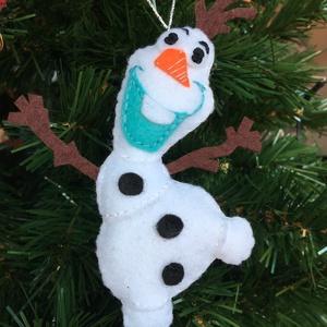 Olaf karácsonyi dísz, Karácsonyfadísz, Karácsony & Mikulás, Otthon & Lakás, Varrás, A termék több színű filcből készült és tömőanyaggal bélelt.\nMérete: 13,5 cm, Meska