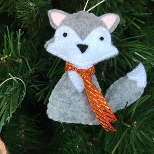 Ezüst Róka dísz, Karácsonyfadísz, Karácsony & Mikulás, Otthon & Lakás, Varrás, A termék filcből készült és tömőanyaggal van bélelve. \n mérete:  9 cm\nA \'nyakkendő\' színe változhat ..., Meska
