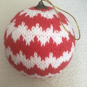Kötött karácsonyi gömb #4, Karácsonyfadísz, Karácsony & Mikulás, Otthon & Lakás, Kötés, A kötés egy  hungarocell gömbre készült, aminek átmérője 10 cm. A kötéshez fehér és piros pamut fona..., Meska