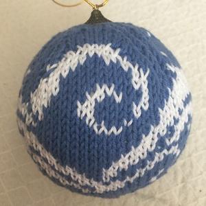 Kötött karácsonyi gömb #6, Karácsonyfadísz, Karácsony & Mikulás, Otthon & Lakás, Kötés, A kötés egy hungarocell gömbre készült, aminek átmérője 9 cm. A kötéshez fehér és kék pamut fonalat ..., Meska