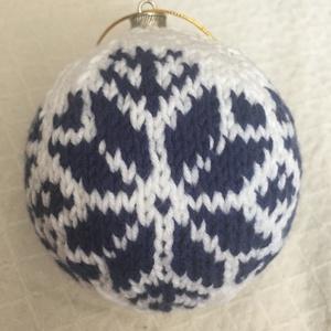 Kötött karácsonyi gömb #9, Karácsonyfadísz, Karácsony & Mikulás, Otthon & Lakás, Kötés, A kötés egy hungarocell gömbre készült, aminek átmérője 8 cm. A kötéshez fehér és kék pamut fonalat ..., Meska