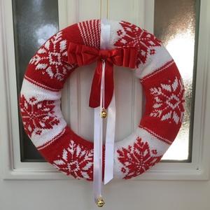Mikulás palástja-Karácsonyi ajtódísz, Karácsonyi kopogtató, Karácsony & Mikulás, Otthon & Lakás, Kötés, Az ajtódísz, piros és fehér pamut fonalból készült, ami egy 35 cm x 8 cm méretű hungarocell koszorúr..., Meska