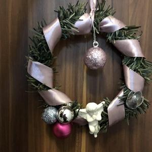 Ajtódísz, Karácsonyi kopogtató, Karácsony & Mikulás, Mindenmás, Karácsonyi ajtódísz műfenyőből készült, szalaggal körbetekert , angyalkával és gömbökkel díszített. ..., Meska