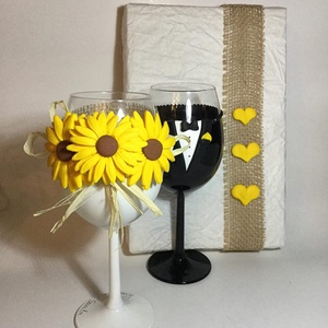 Esküvői pohár pár, Esküvő, Nászajándék, Esküvői dekoráció, Gyurma, Egyedi kézzel készített pohár pár csipke díszítéssel.\nBármilyen színösszeállításban kérhető.\nTalp ré..., Meska