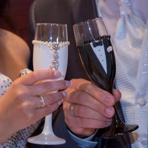 Lila rózsa esküvői pohár pár, Tálalás, Dekoráció, Esküvő, Gyurma, Egyedi kézzel készített pohár pár.\nSüthető gyurmát és csipkét használtam a díszítéshez.\nBármilyen sz..., Meska