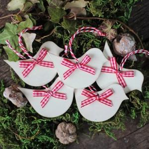 Rusztikus, skandináv, vintage stílusú madár karácsonyfadísz, Otthon & lakás, Dekoráció, Ünnepi dekoráció, Karácsony, Karácsonyfadísz, Festett tárgyak, Fehérre festett, enyhén koptatott, rusztikus, skandináv stílusú madár karácsonyfadísz\npiros-fehér ko..., Meska
