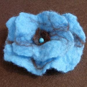 Kék virág nemez kitűző, Ékszer, Kitűző, bross, Nemezelés, Gyönyörű kék virág kitűző, vizes nemezeléssel készült. Barna színnel kombinálva, türkenit díszítésse..., Meska