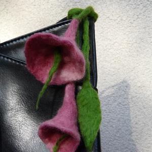 Nemez virág táska dísz, Ékszer, Nemezelés, Nemezelt rózsaszín virág táska dísz, vagy akár hajba is rakható.  35 cm hosszú, a virágok hossza 7 c..., Meska