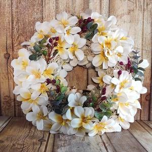 Nyári kert ajtókopogtató kismadárral (30 cm), Otthon & Lakás, Dekoráció, Ajtódísz & Kopogtató, Mindenmás, Ez az ajtókopogtató egy nyári kertre emlékeztet, ahol a gyönyörű fehéres-sárgás virágok és a friss z..., Meska