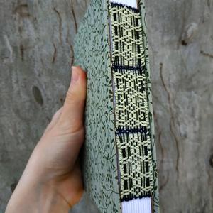 Zöld növénymintás könyv, Művészet, Könyvkötés, Szövés, Egyedi, A6-os méretű, zöld növénymintás borítójú, nyitott és szőtt gerincű jegyzetfüzet fehér lapokk..., Meska