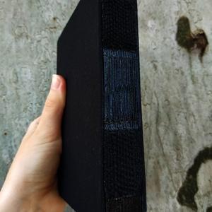 Fekete kiskönyv, Művészet, Más művészeti ág, Könyvkötés, Szövés, Teljesen fekete A6-os méretű könyv, fekete lapokkal, fekete borítóval, nyitott gerinccel és fekete s..., Meska