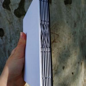 Fekete-fehér könyv, Művészet, Más művészeti ág, Könyvkötés, A6-os méretű, fekete és fehér borítójú, fekete és fehér lapokból készült, nyitott gerincű kiskönyv...., Meska